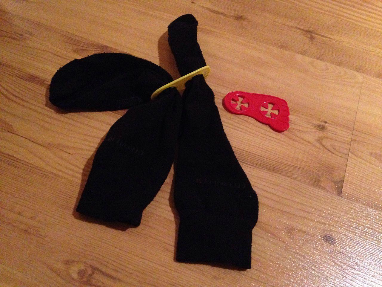 auf dem Bild sind 2 Socken·halter und ein paar schwarze Socken zu sehen