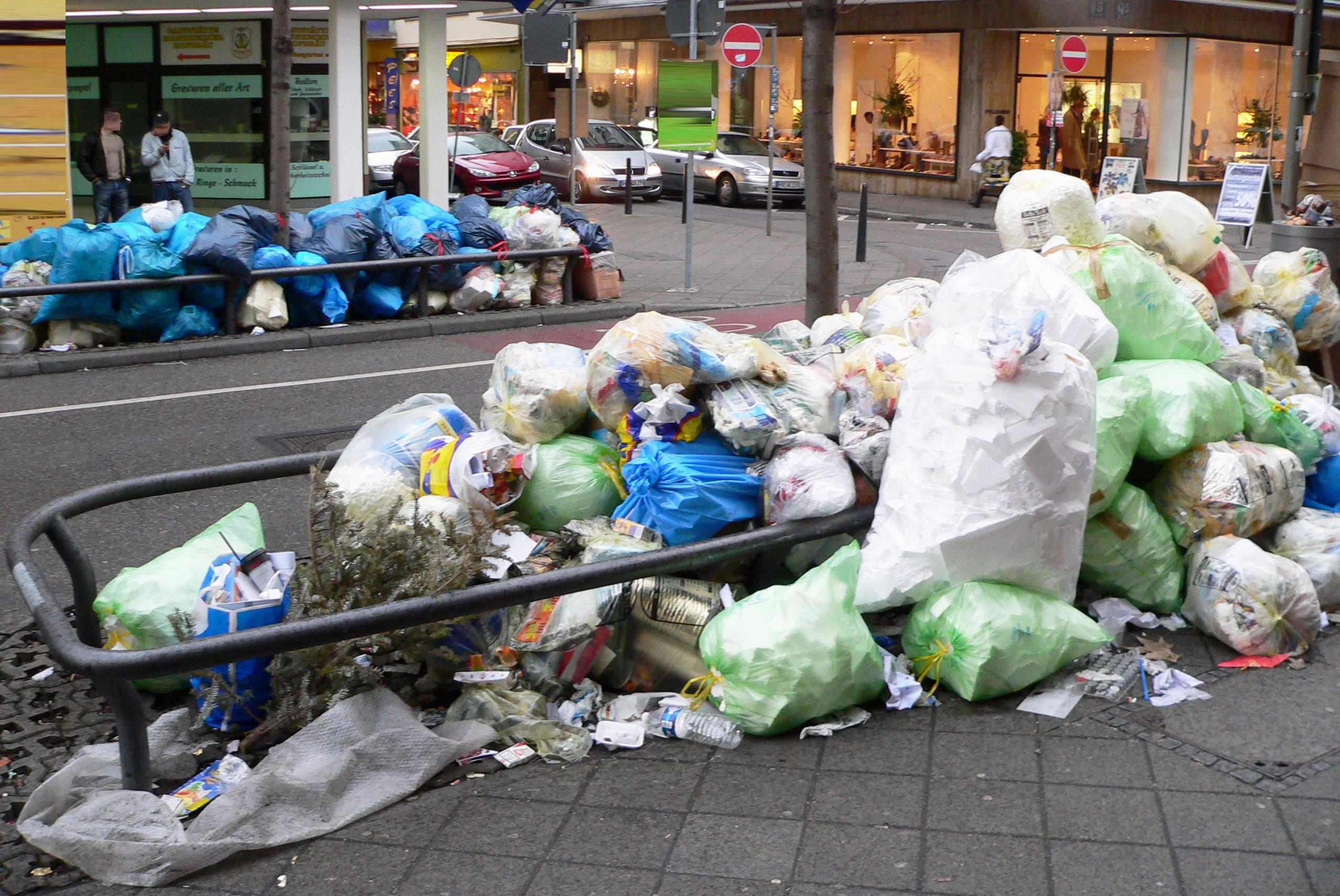 Ein Berg aus Abfall auf der Straße