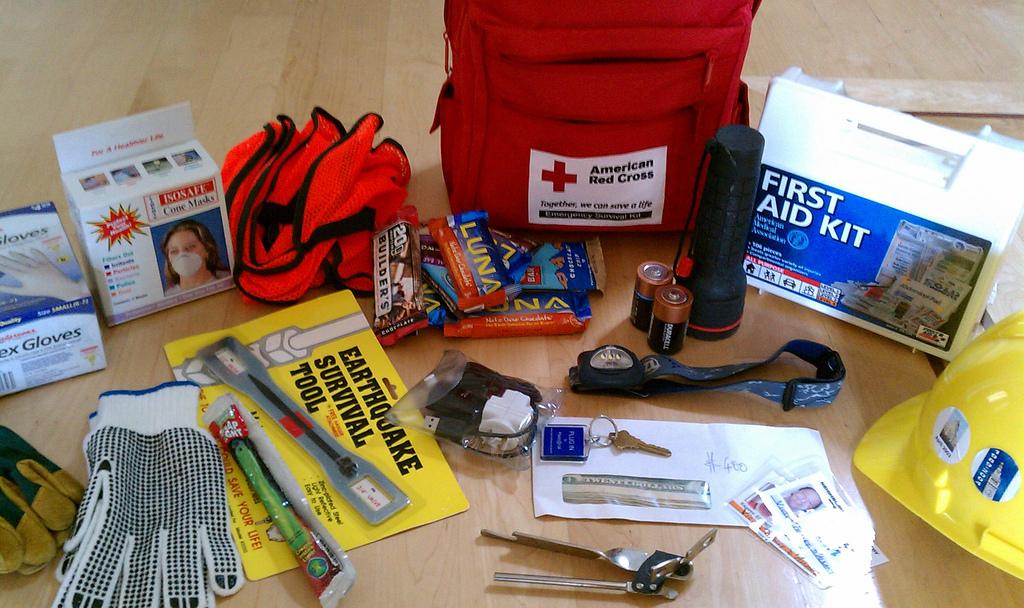 Auf dem Bild ist ein Notfall·paket für ein Erdbeben zu sehen