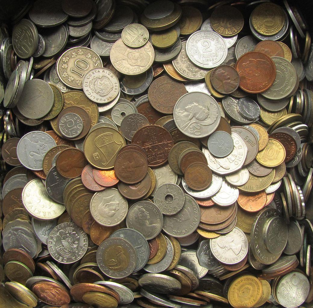 auf dem Bild sind viele verschiedene Münzen zu sehen