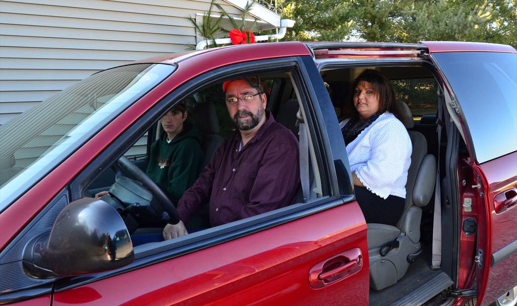 Auf dem Bild sind mehrere Personen in einem Auto zu sehen