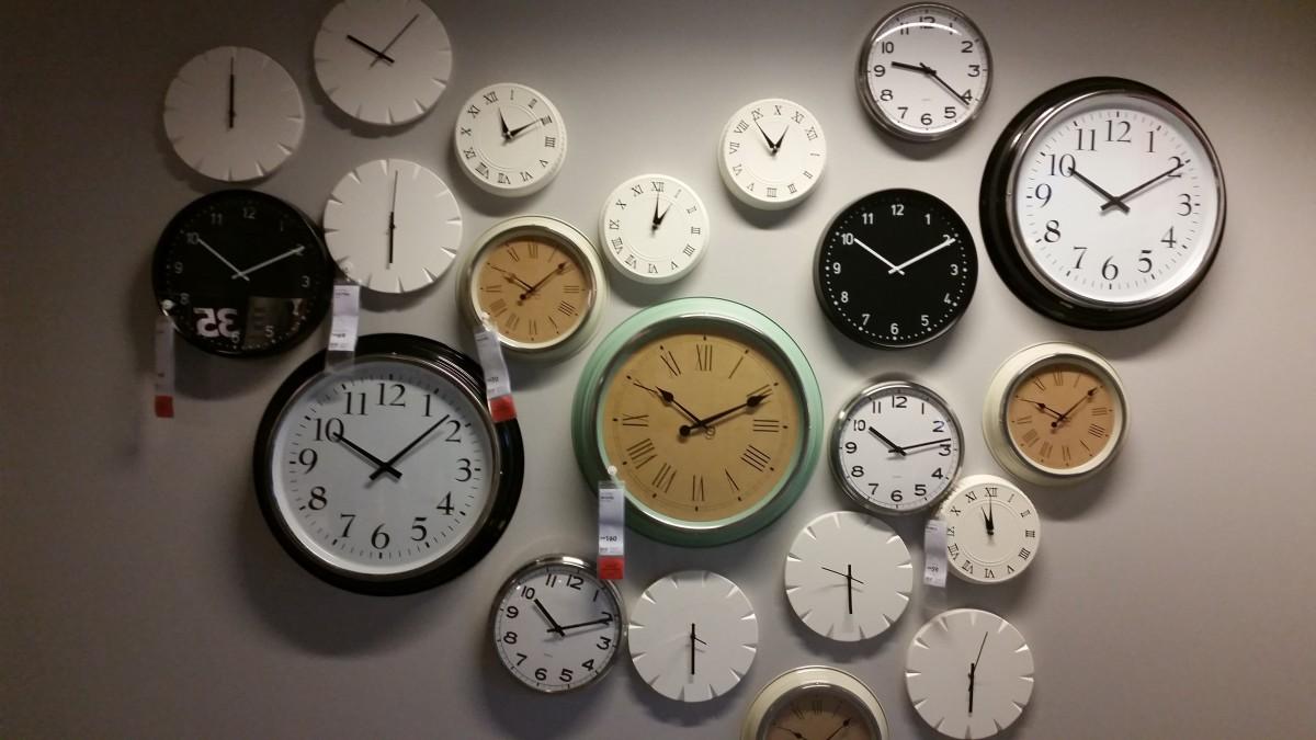 Auf dem Bild sind viele Uhren zu sehen