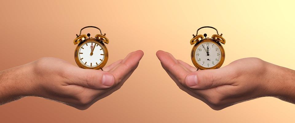 Auf dem Bild sind 2 Hände und 2 Uhren zu sehen