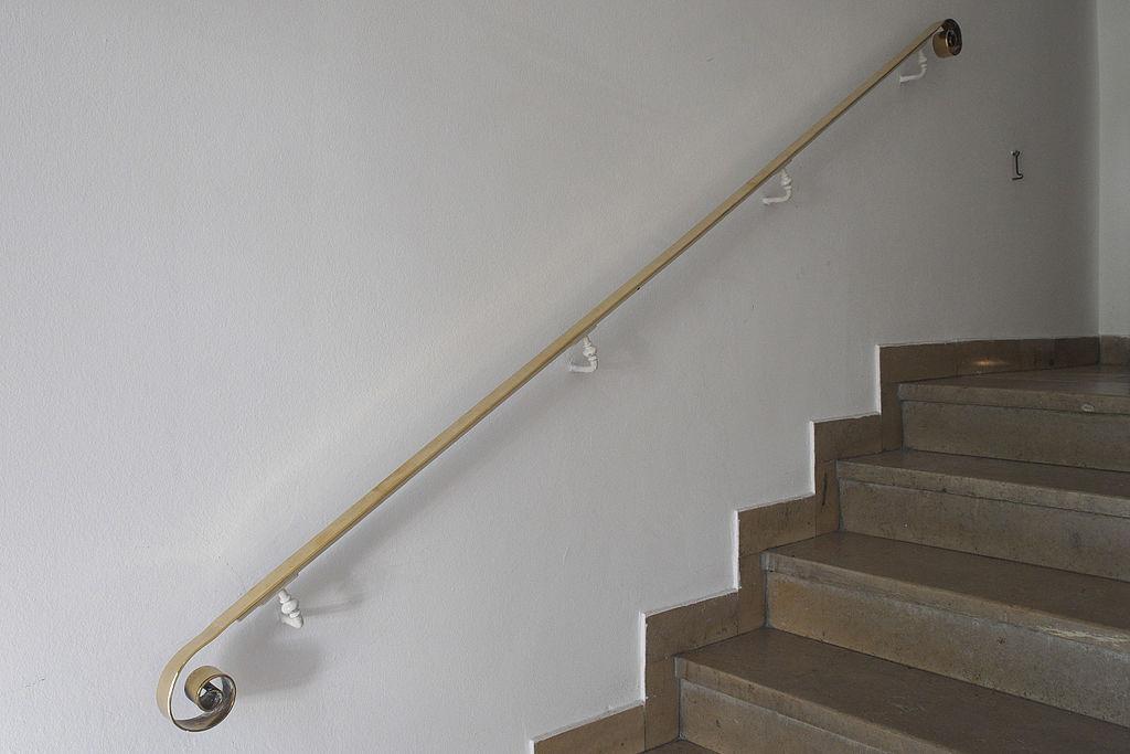 Auf dem Bild ist ein Hand·lauf zu sehen, neben einer Treppe