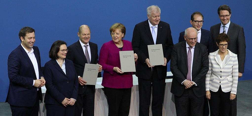 Auf dem Bild sind Politiker zu sehen die einen Koalitions·vetrag unterschrieben haben