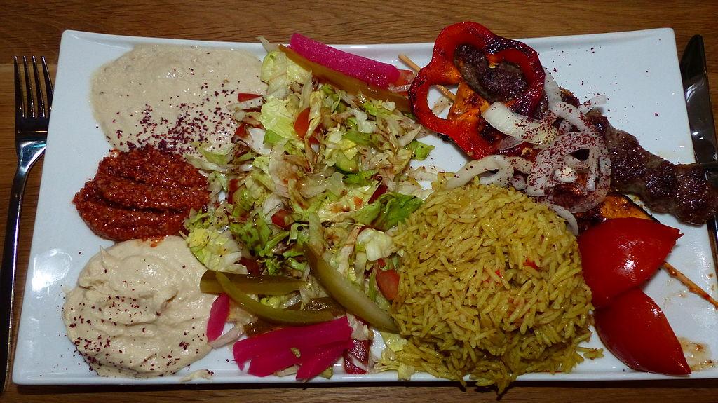 Auf dem Bild ist ein Teller mit Essen zu sehen, viel Gemüse und wenig Fleisch