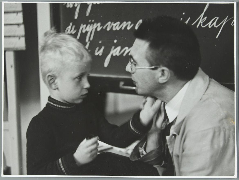 Auf dem Bild ist ein Lehrer und ein Schüler zu sehen
