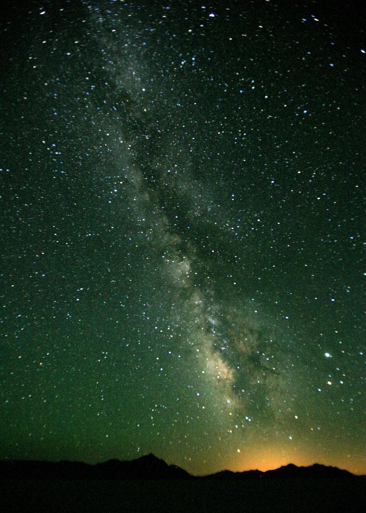Auf dem Bild ist die Milchstraße am Himmel zu sehen
