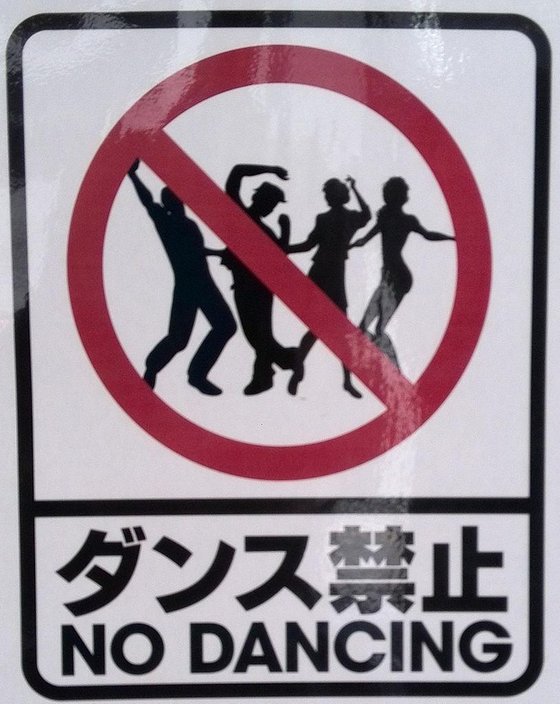 Auf dem Bild ist ein Tanz·verbot Schild zu sehen
