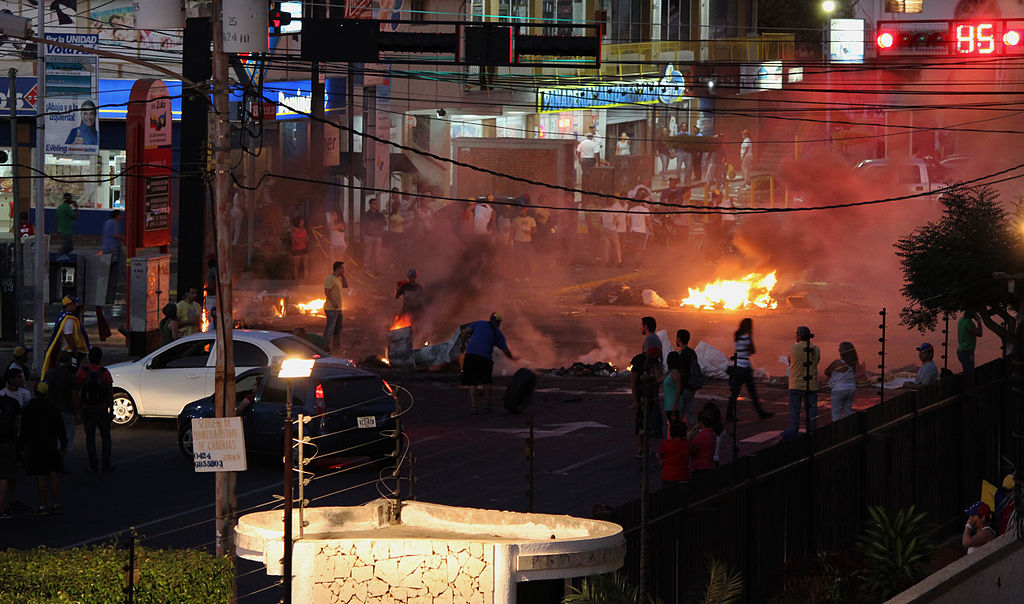 Auf dem Bild sind Proteste zu sehen. Die Menschen sind wütend.