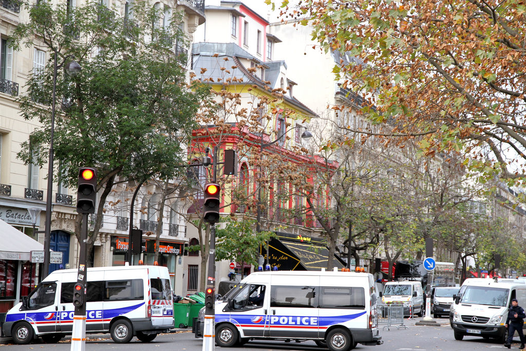 Auf dem Bild sind Polizei·autos zu sehen, nach den Anschläge in Paris.