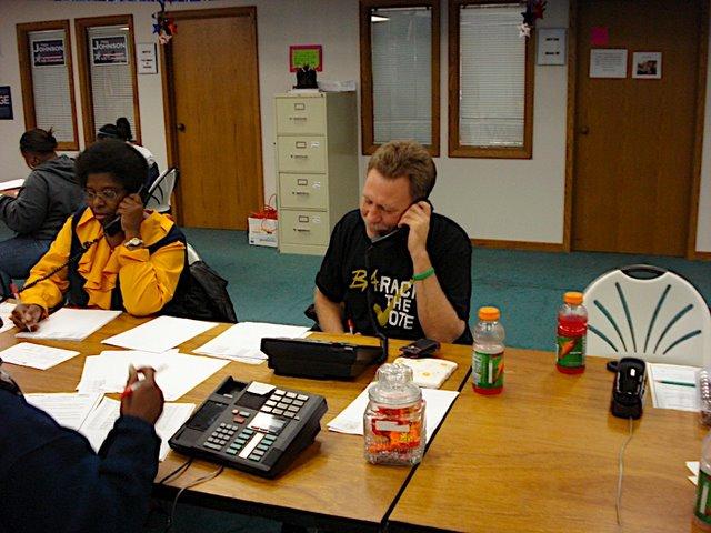 Auf dem Bild sind Mitarbeiter in einem Call·center zu sehen