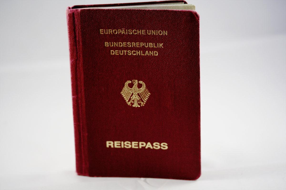 Auf dem Bild ist ein deutscher Reise·pass.
