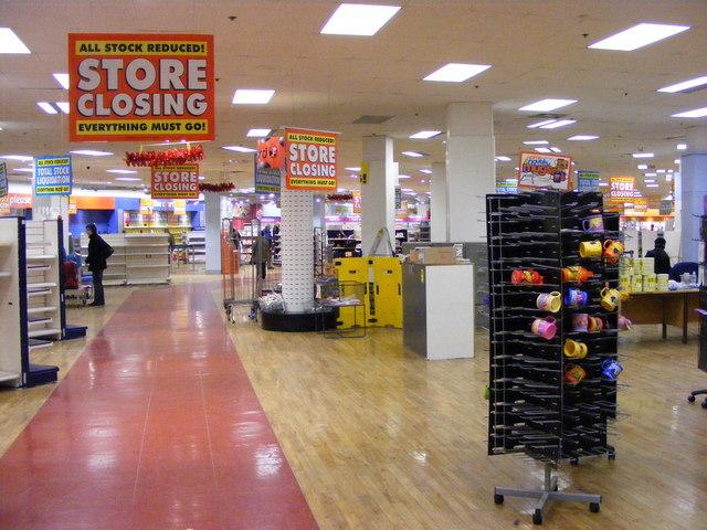 auf dem Bild ist ein leerer Einkaufs·laden zu sehen