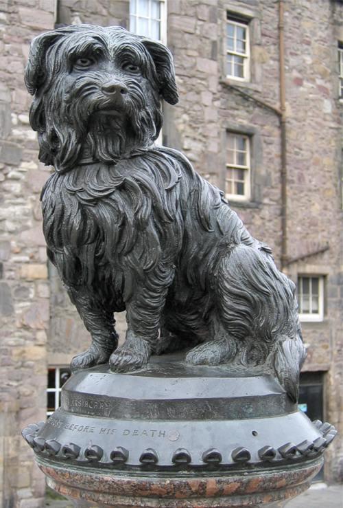 Auf dem Bild ist das Denkmal von Greyfriars Bobby zu sehen