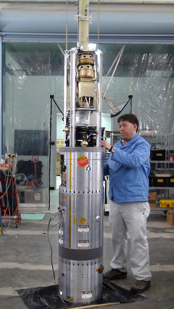 Wissenschaftler arbeitet an einer Rakete