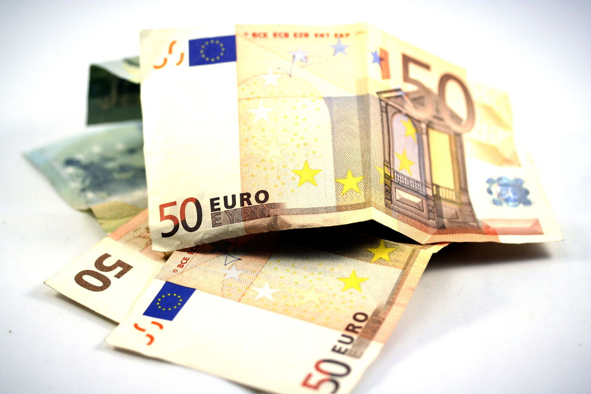 On the picture you see Euro bills